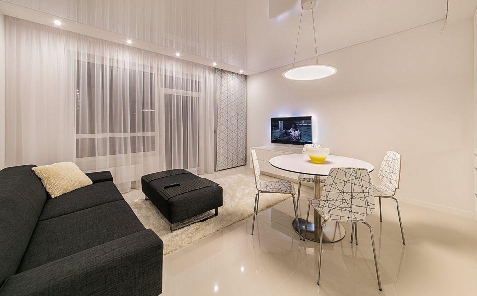 minimalistyczny salon z długimi firankami