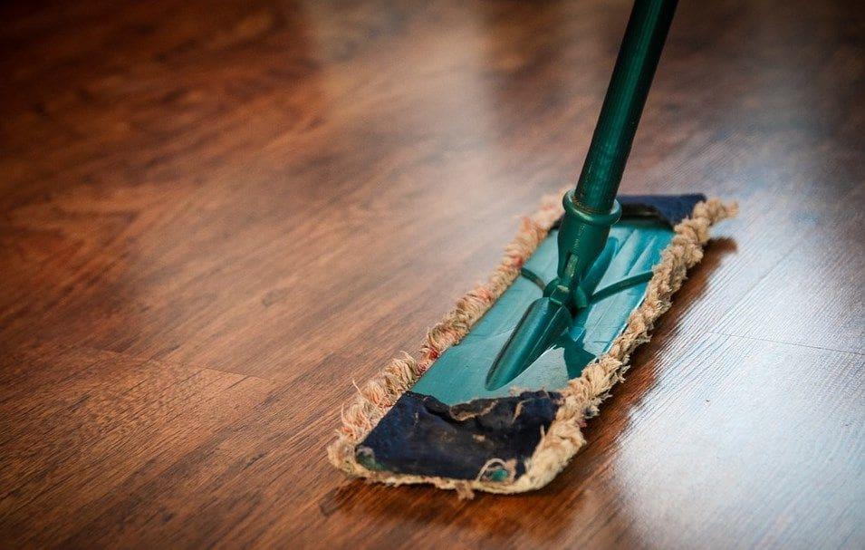 płaski standardowy mop na drewnianej podłodze