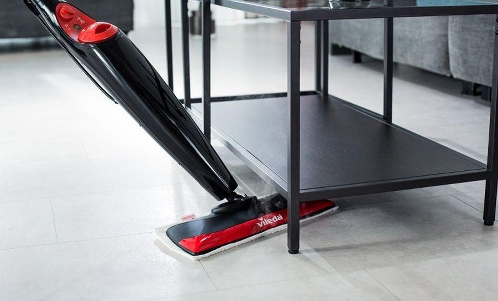 mopowanie podłogi pod stolikiem mopem parowym Vileda