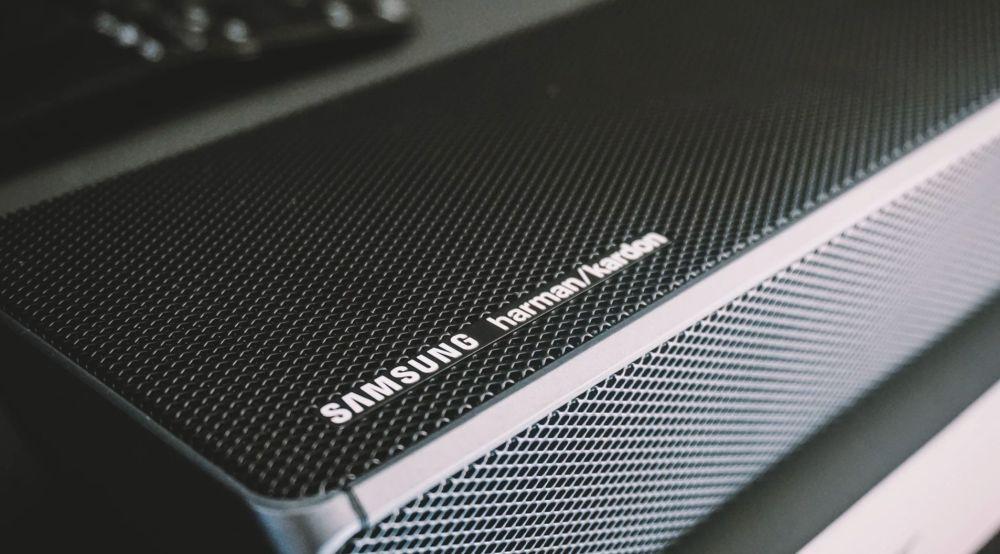 elegancki soundbar z kratką na obudowie