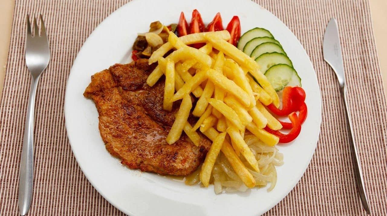 pięknie podane frytki z warzywami i mięskiem