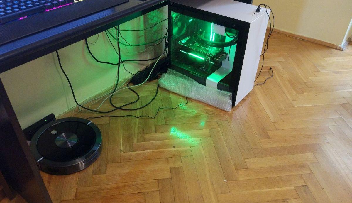 kable na podłodze pod biurkiem