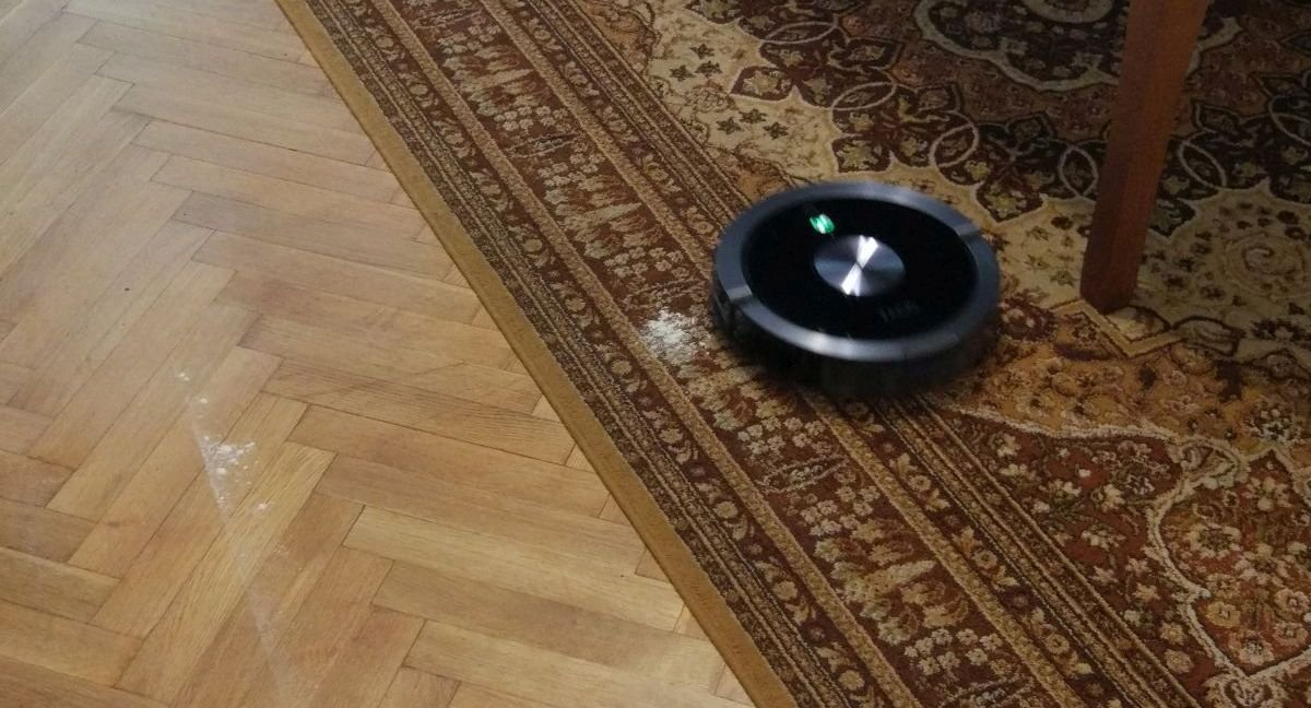ZACO A9s przejeżdża koło mąki na dywanie