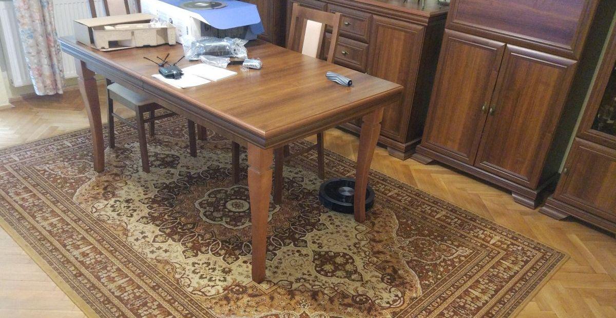 ZACO A9s między nogą krzesła a nogą stołu