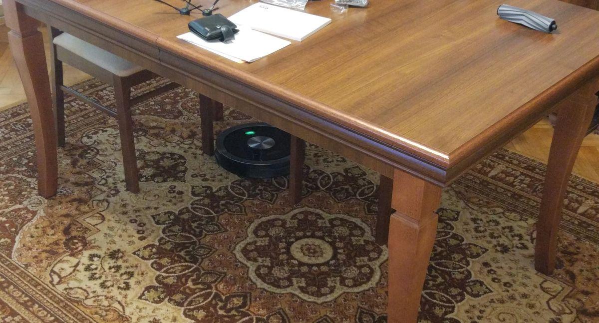 ZACO A9s odkurza między nogami krzeseł