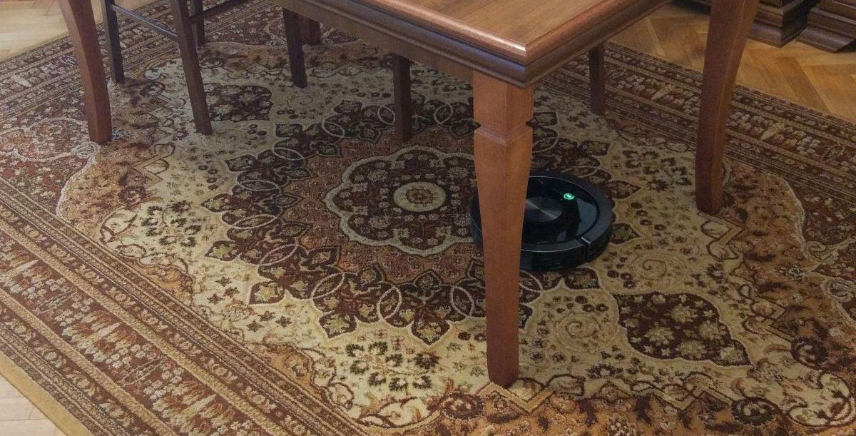 ZACO A9s odkurza dywan pod stołem