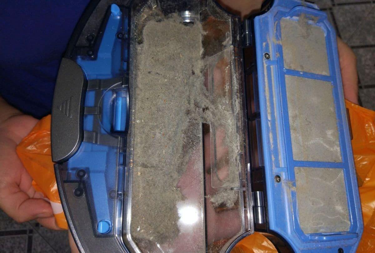 ZACO A9s pojemnik ze śmieciami i kurzem po teście odkurzania