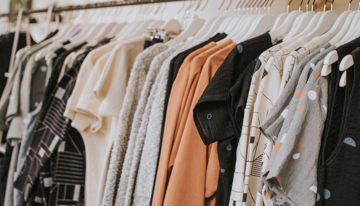 damskie ubrania wiszące na wieszakach