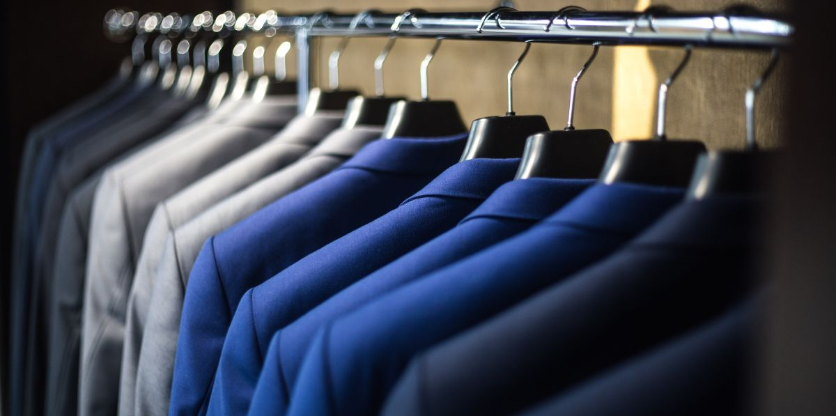 eleganckie garnitury w szafie