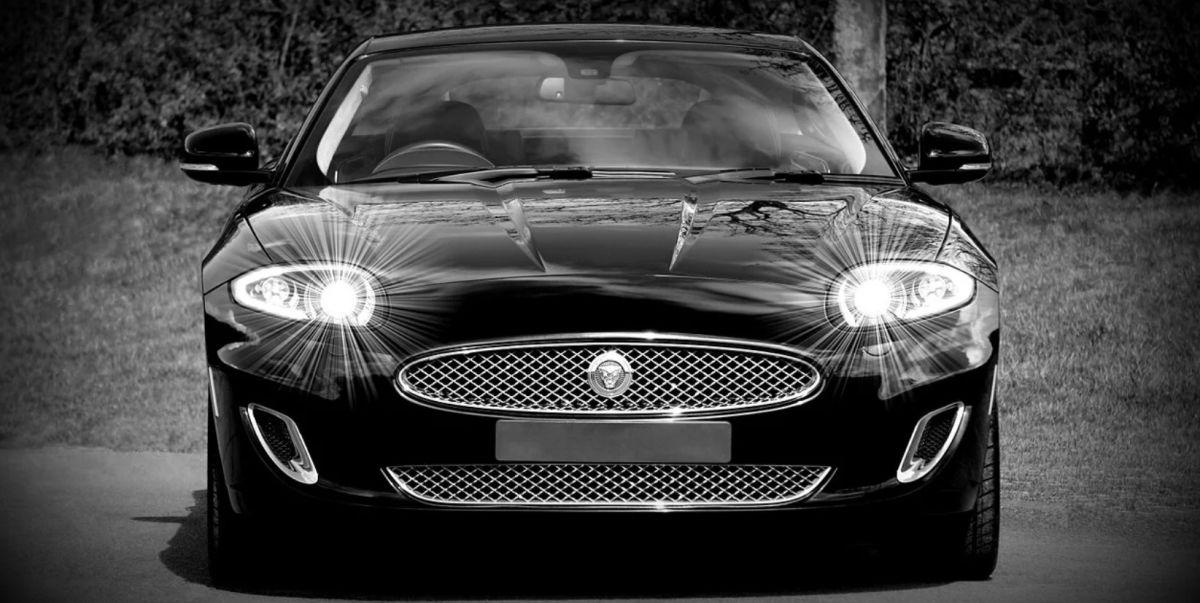 reflektory z żarówkami w eleganckim jaguarze