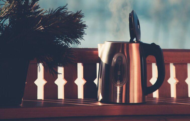 czy czajnik metalowy jest lepszy od plastikowego?