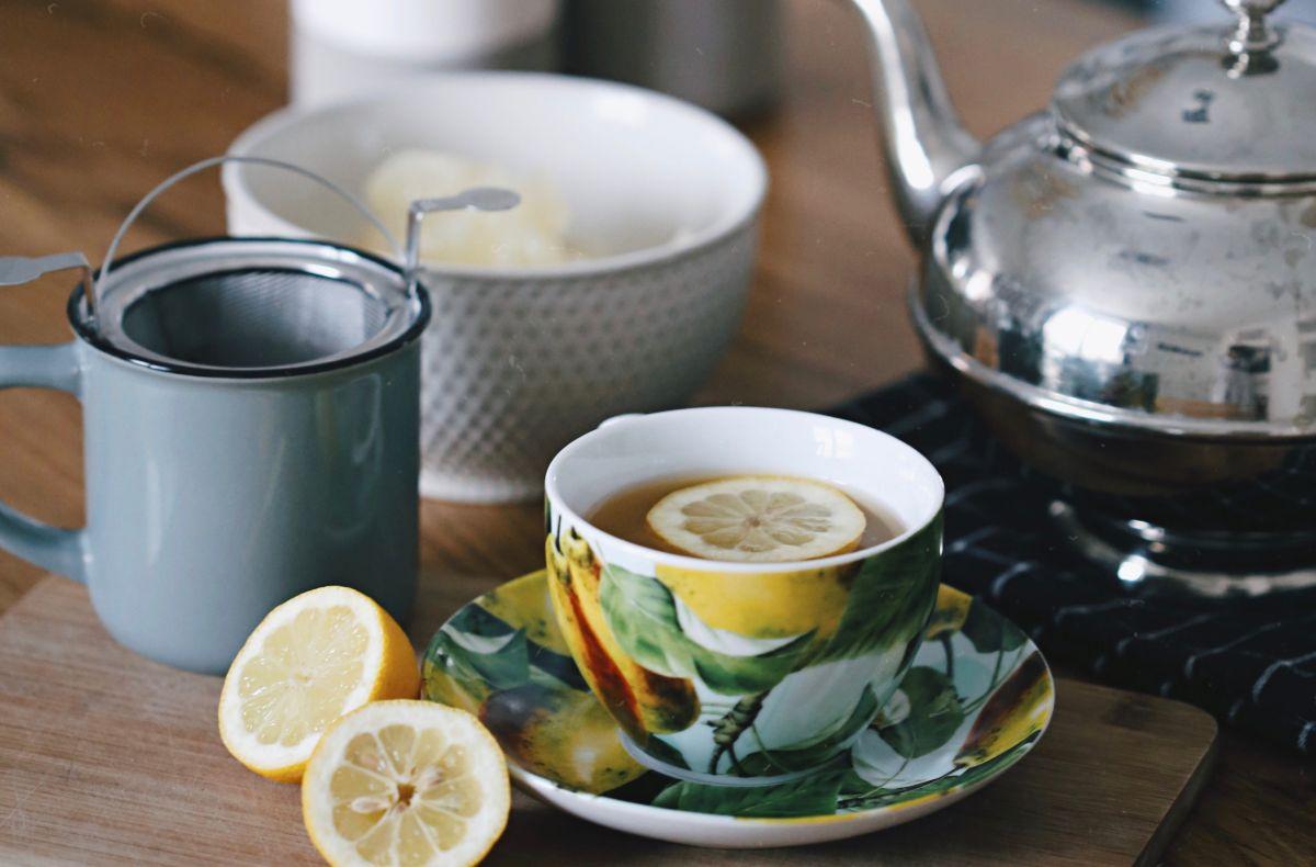 herbata w malowanej filiżance