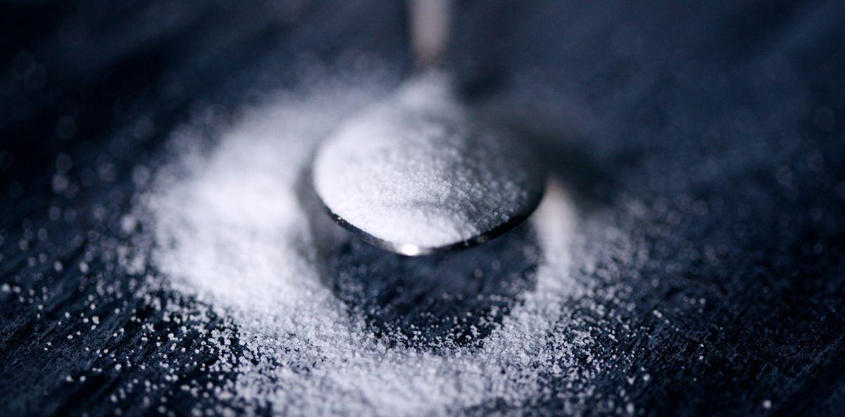 łyżka pełna białego cukru