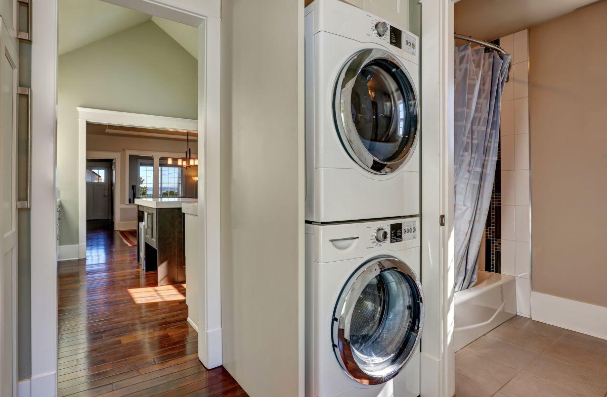suszarka do prania zamontowana na pralce automatycznej w słupku