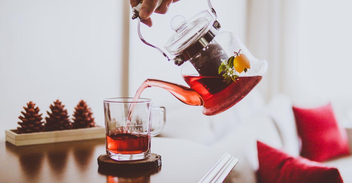 wlewanie zaparzonej herbaty do szklanki