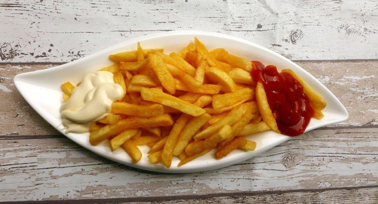 złociste frytki na talerzu z keczupem i sosem