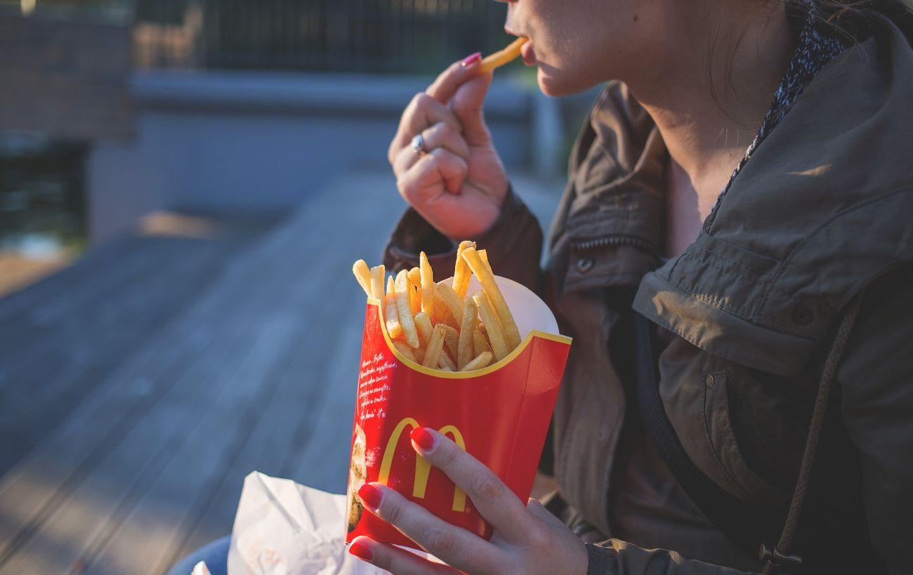 kobieta jedząca frytki z mcdonalda