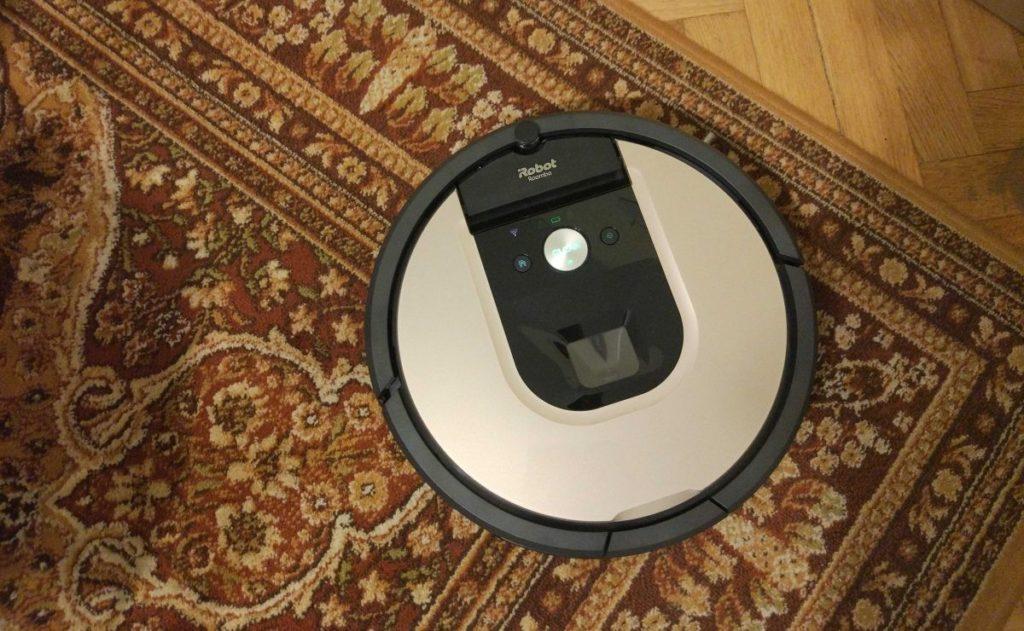 iRobot Roomba 976 odkurza dywan w pokoju