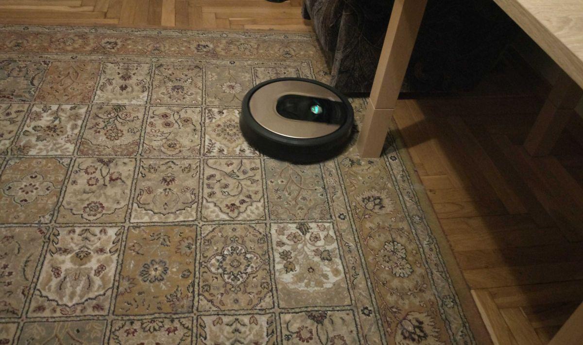 iRobot Roomba 976 odkurza dywan z kociej sierści