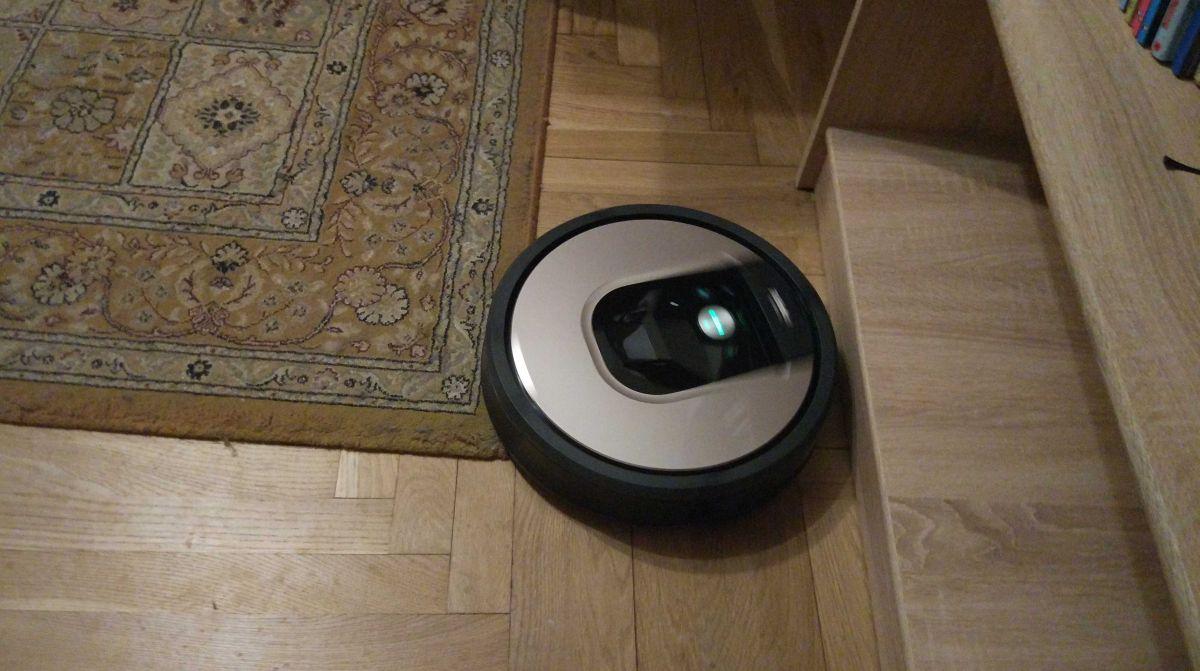 iRobot Roomba 976 odkurza krawędzie dywanu