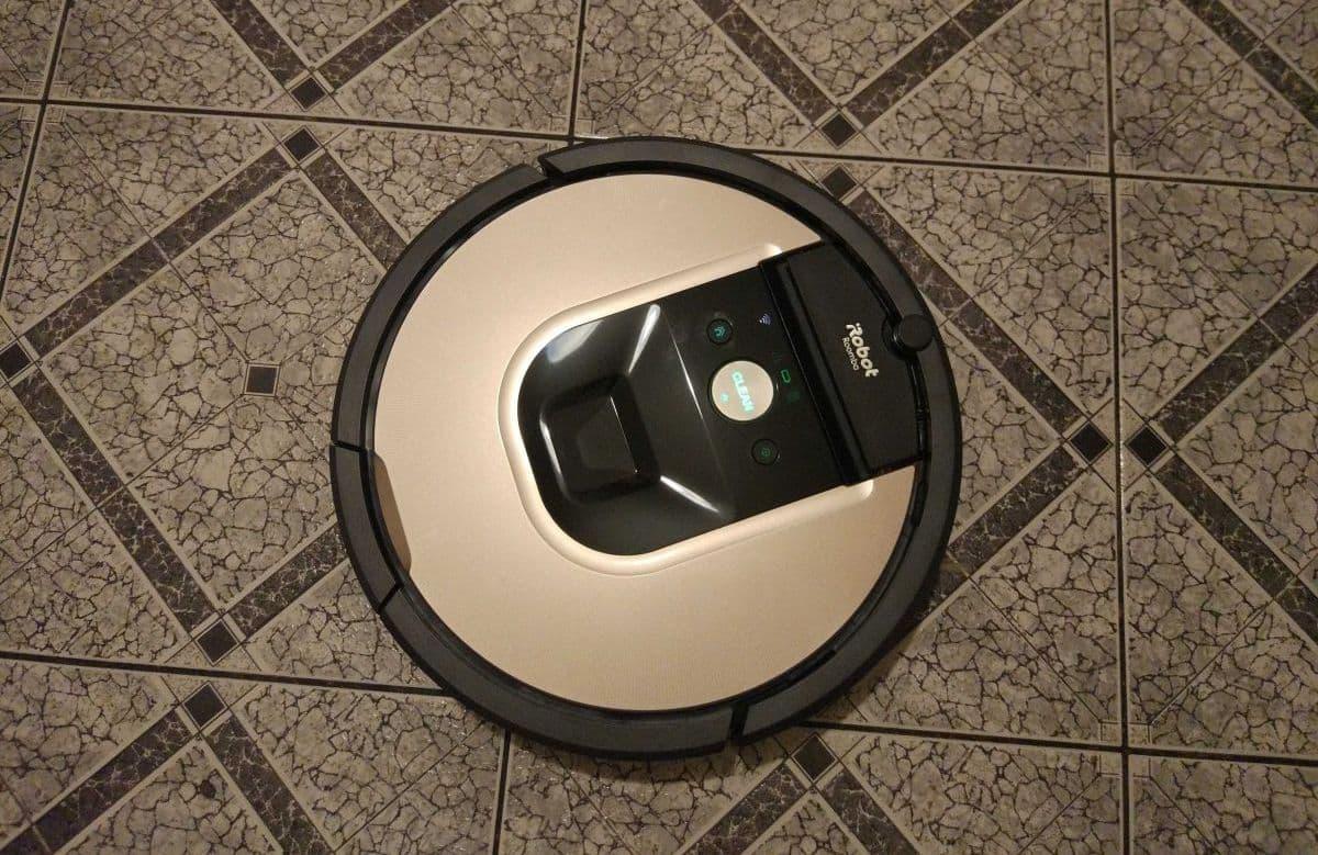 iRobot Roomba 976 skutecznie odkurza kafelki w kuchni