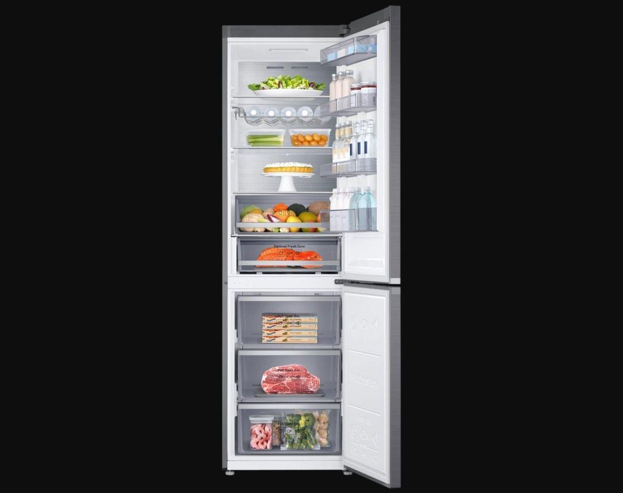 Samsung Kitchen Fit RB36R8837S9 otwarta lodówka wypełniona jedzeniem