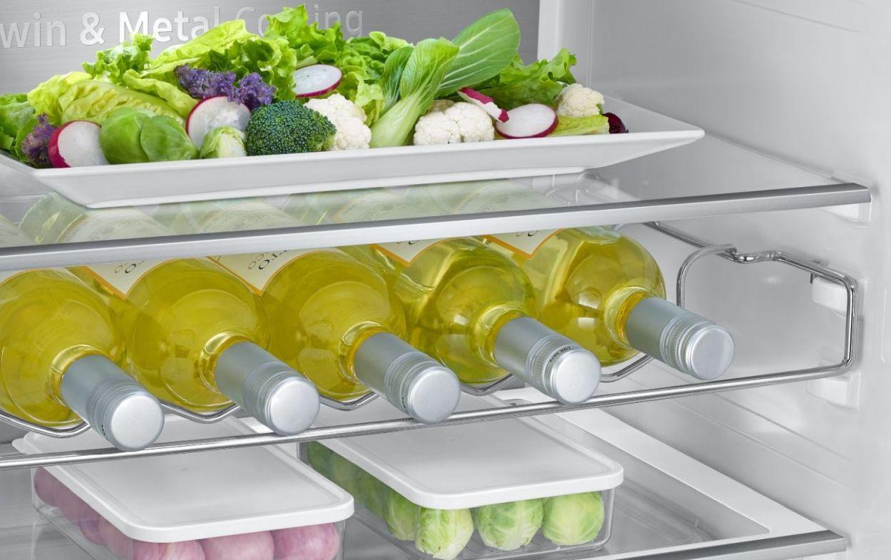 Samsung Kitchen Fit RB36R8899SR wnętrze z butelkami i mrożonkami