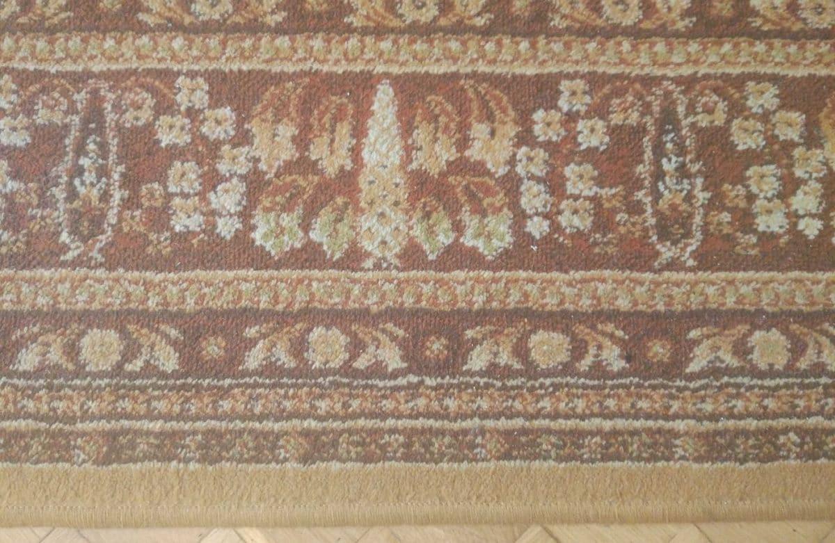 zaśmiecony dywan przed testem Moneual MBOT 950
