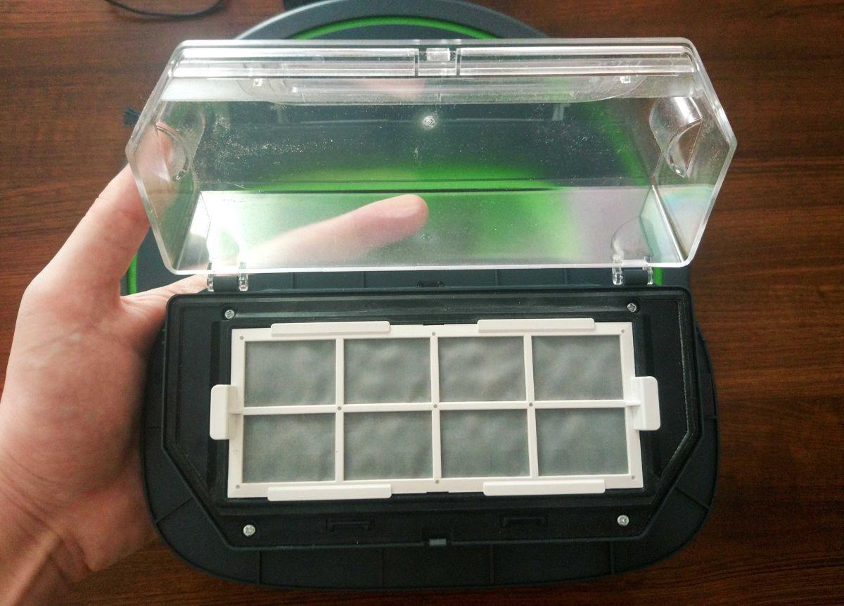 Moneual MBOT 950 pojemnik na śmieci, a w nim filtr
