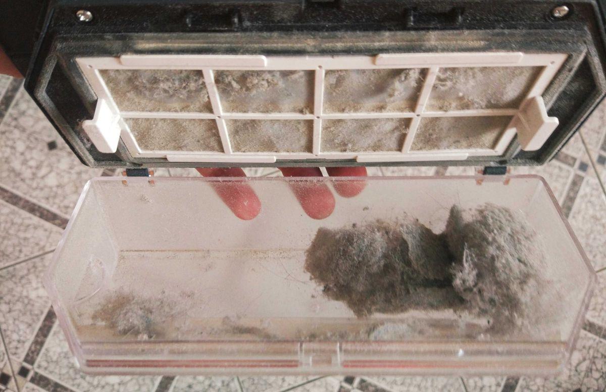 Moneual MBOT 950 pojemnik z kocią sierścią po czyszczeniu miejscowym