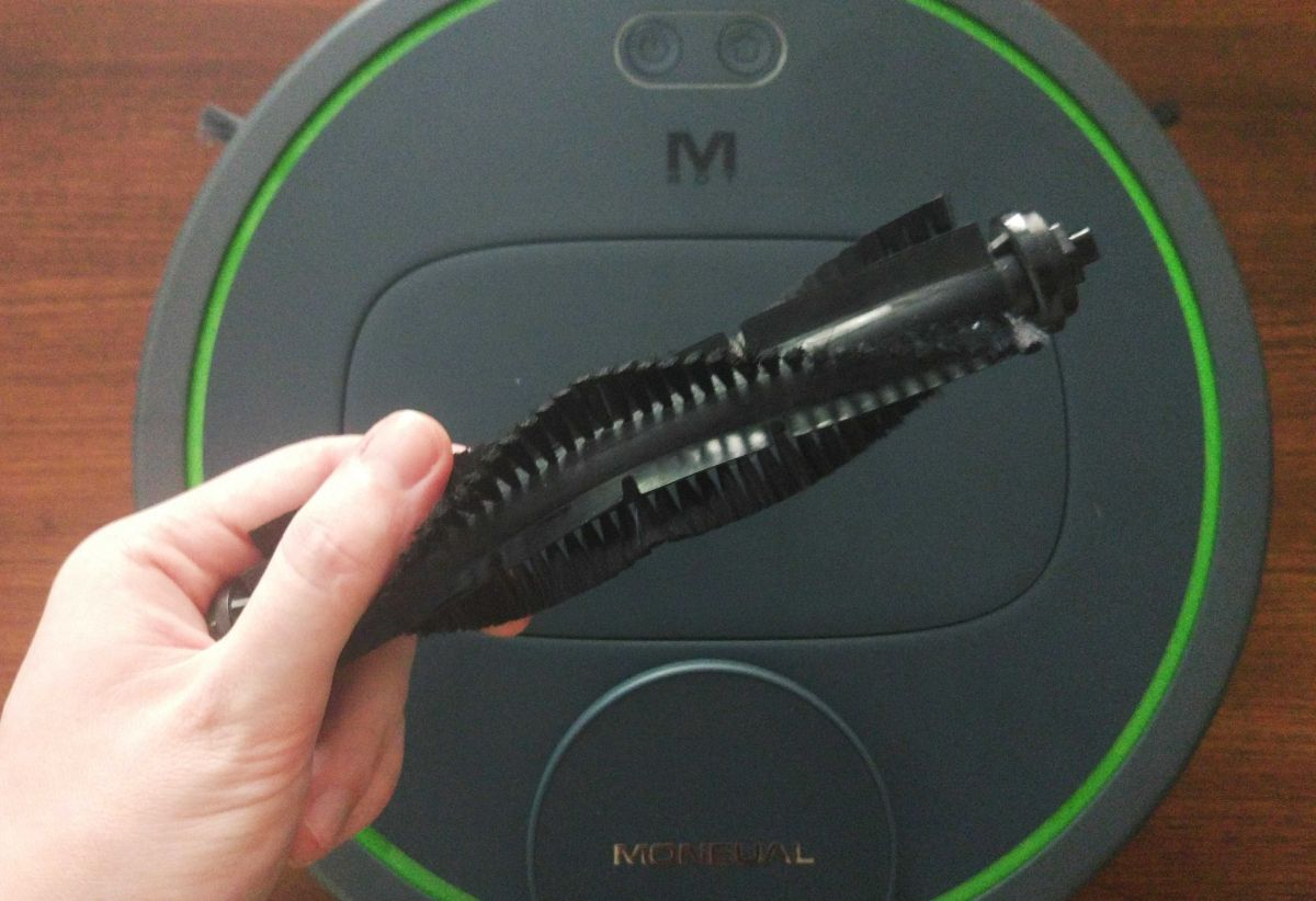 Moneual MBOT 950 szczotka główna ma włosie i gumowe listewki