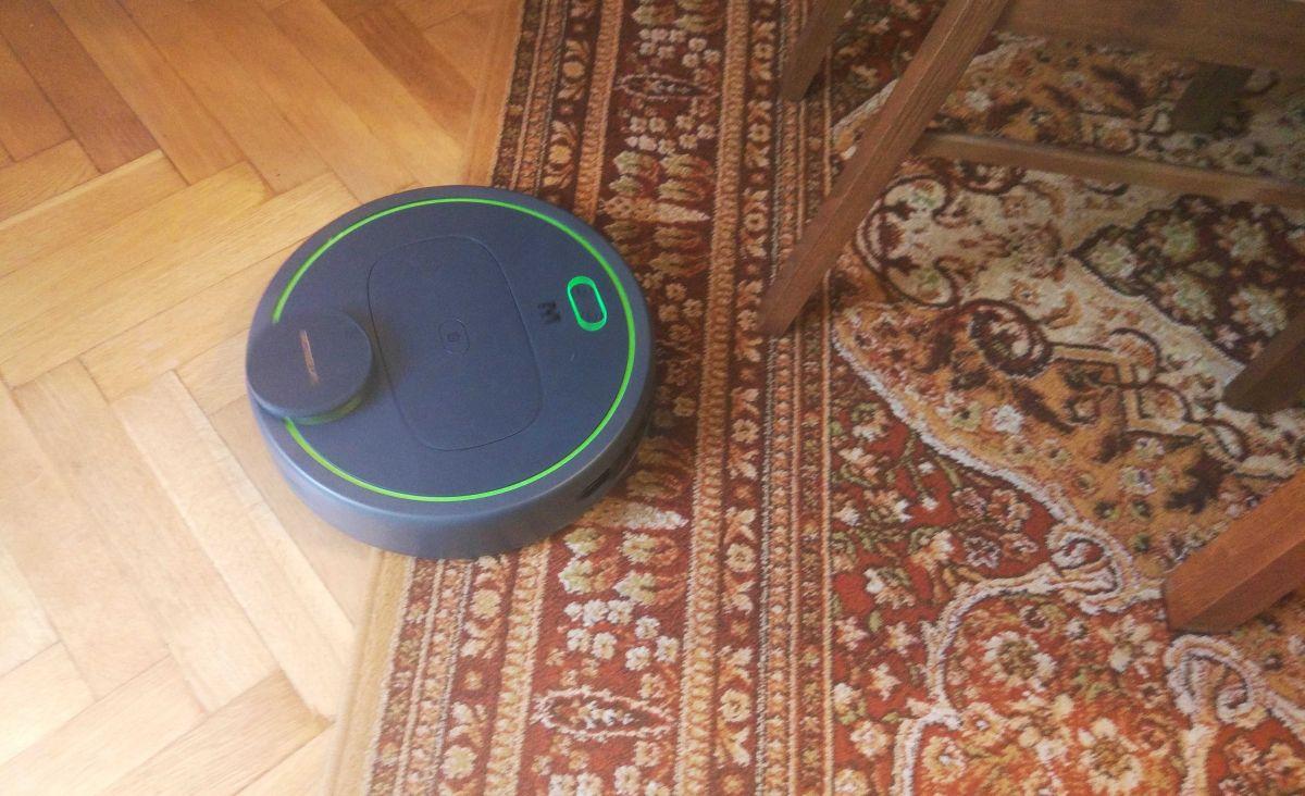 Moneual MBOT 950 sprawnie wjeżdża na dywan