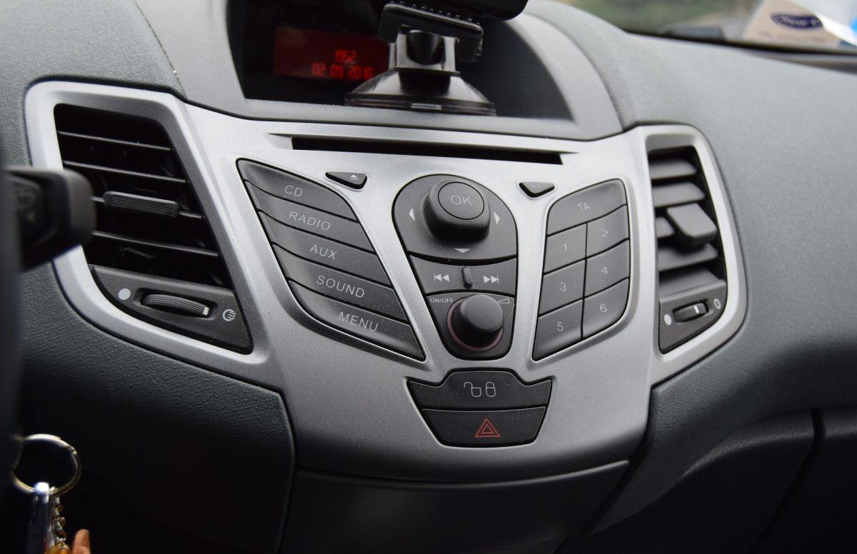 Jak puścić muzykę z telefonu przez radio w samochodzie?