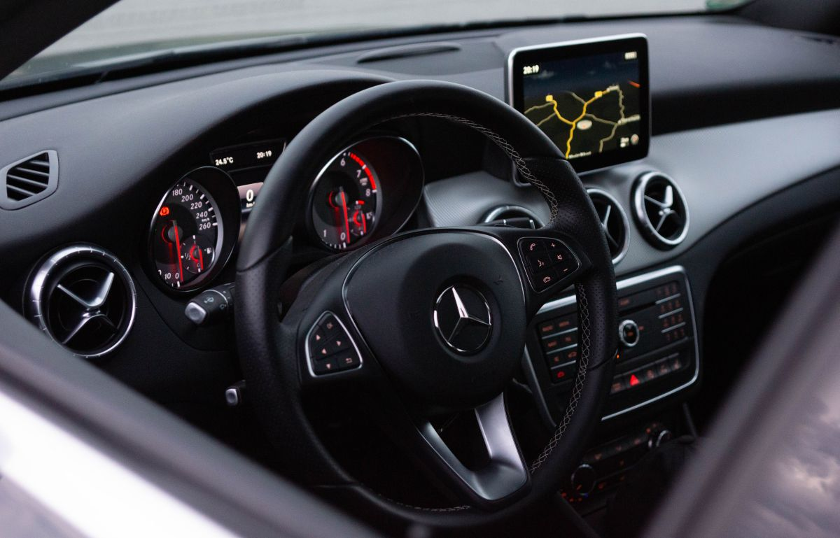 nowoczesny system multimedialny z Bluetooth w Mercedesie