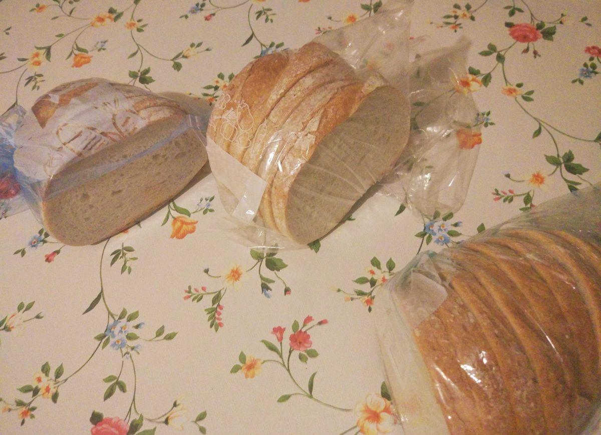 porcje chleba zapakowane w woreczki i gotowe do mrożenia