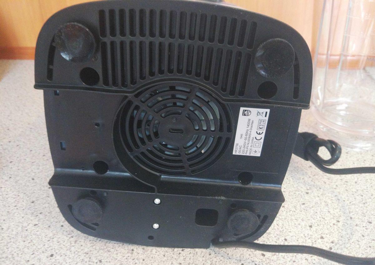 Blender Philips HR3756/00 od spodu - wentylator i ssawki antypoślizgowe