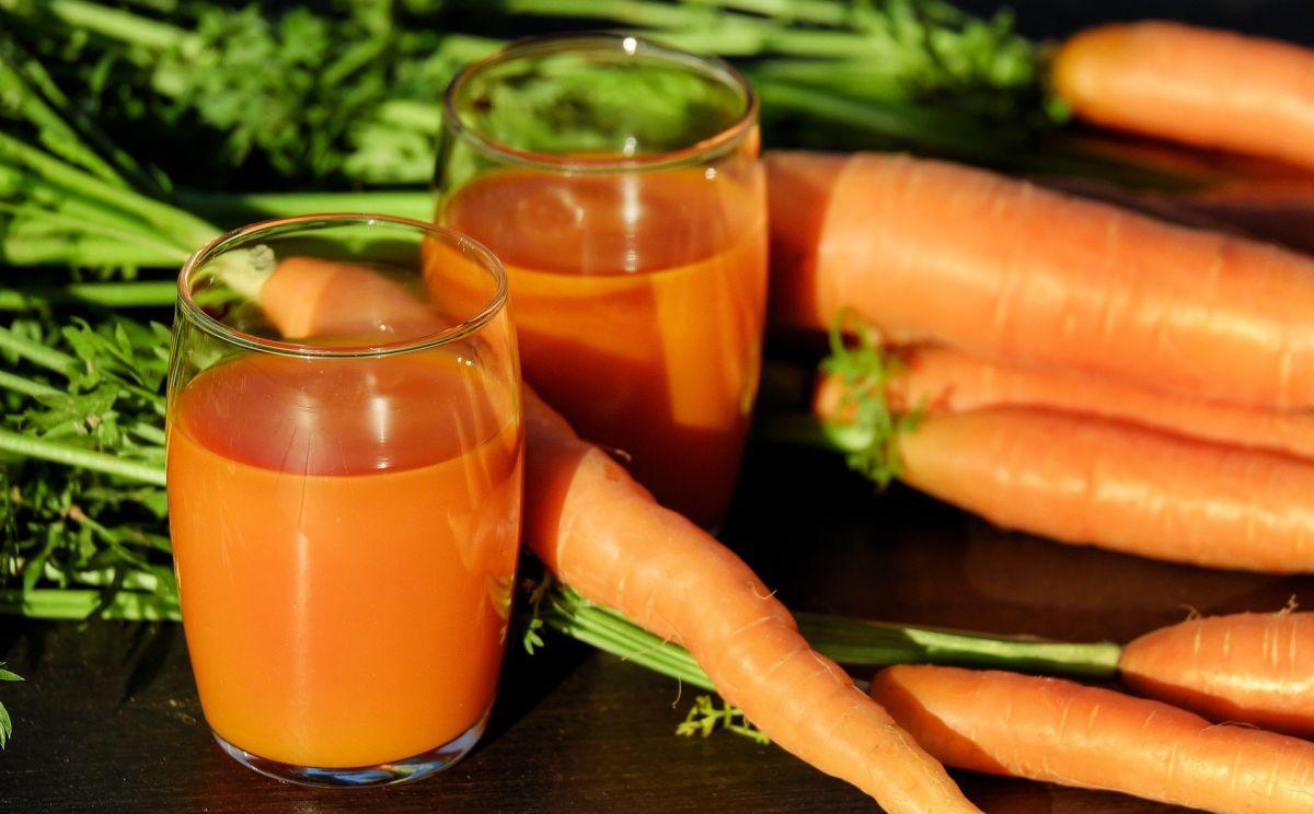 naturalny sok marchwiowy zrobiony tanią wyciskarką do 500 zł
