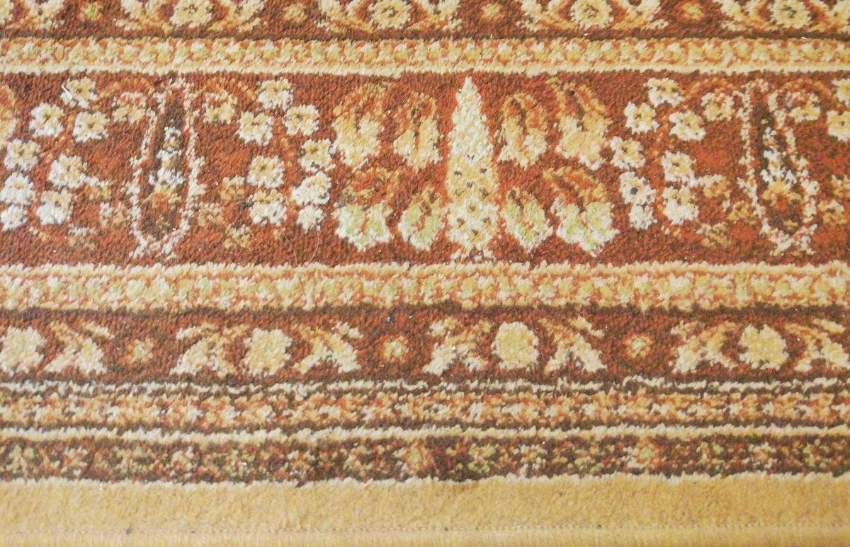 Zaśmiecony dywan przed testem Moneual MBOT 500