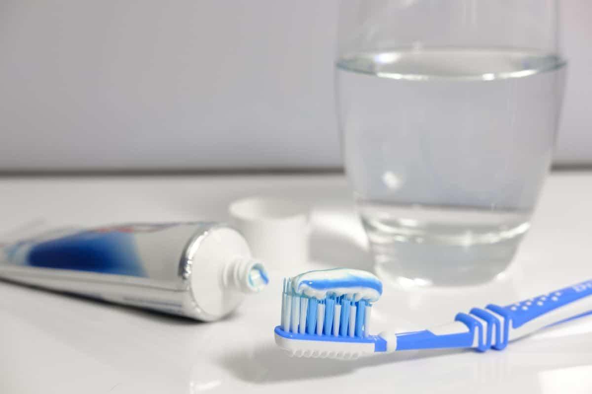 woda, pasta i szczoteczka, czyli gotowy zestaw do mycia zębów