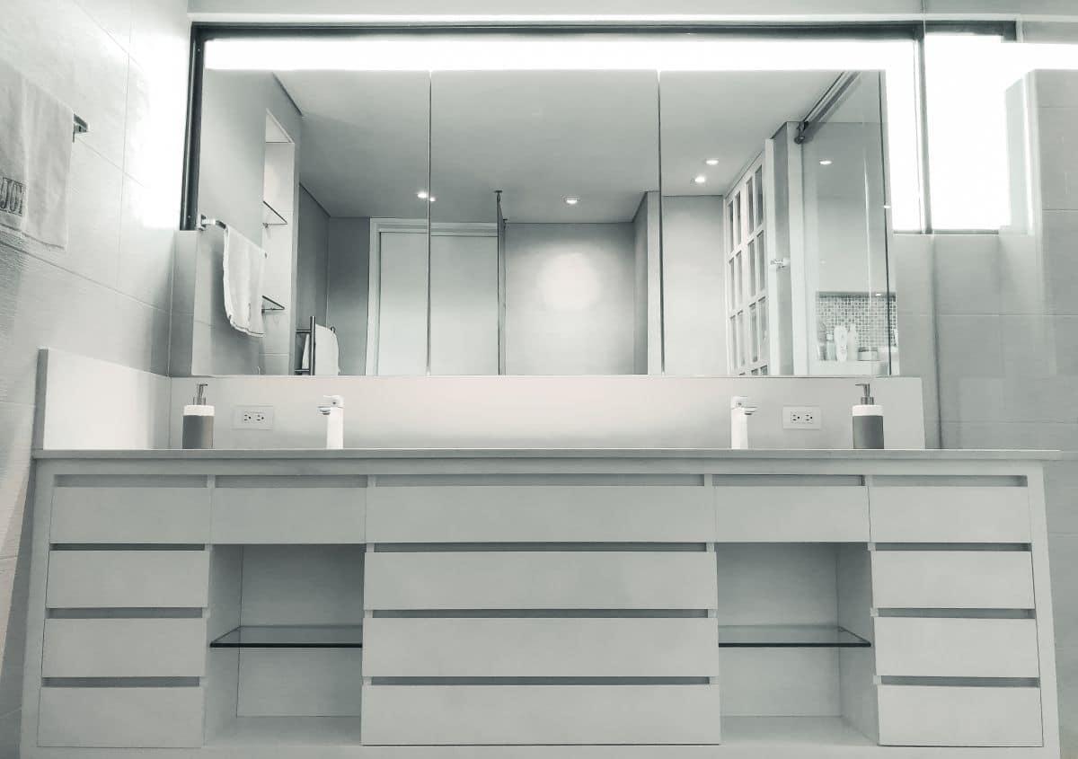 szafki i szuflady w łazience, w których przechowasz końcówki szoczteczki