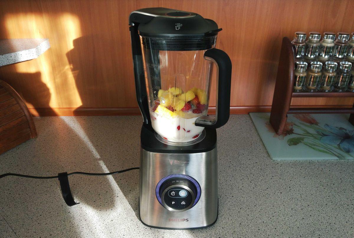 Blender dobrze miksuje mleko z owocami