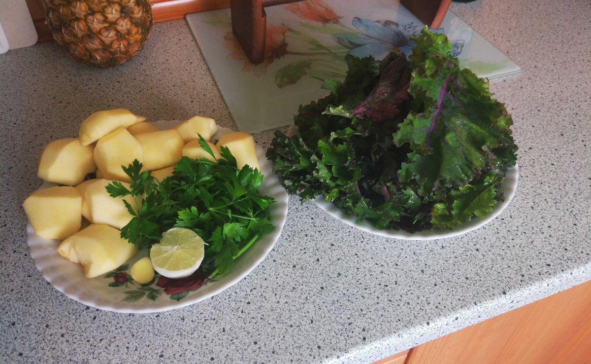 przygotowane do wyciskania składniki: jabłka, jarmuż, cytryna