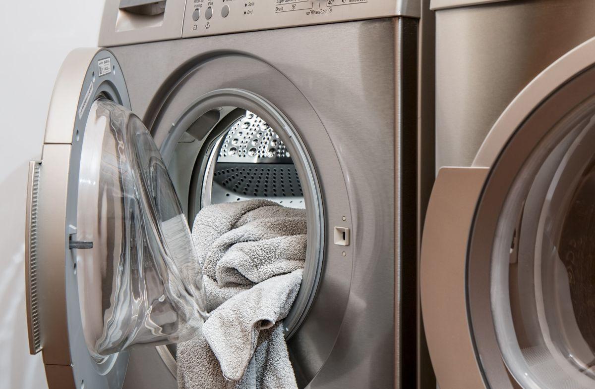 nowoczesna pralko-suszarka z wysuszonym ręcznikiem