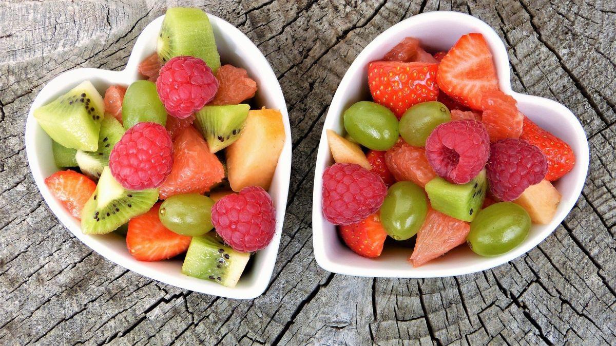 obrane i pokrojone owoce przygotowane do wyciskania w wyciskarce