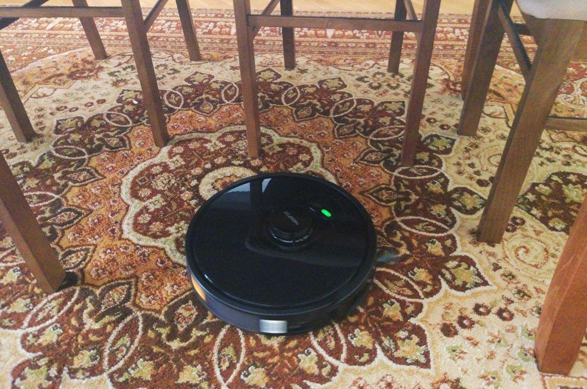 PURON PR10 odkurza dywan pod stołem i między krzesłami