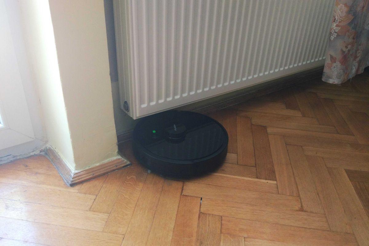 PURON PR10 odkurza podłogę w pokoju