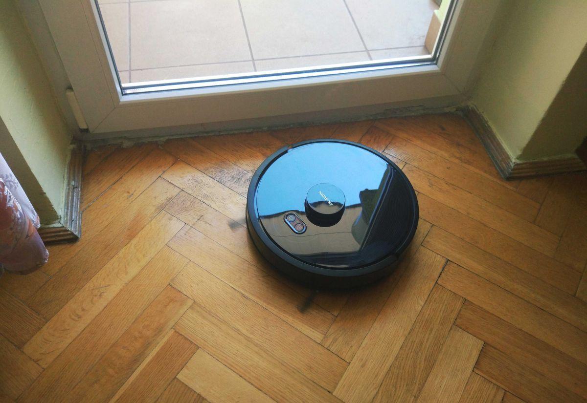PURON PR10 odkurza podłogę w pokoju 2