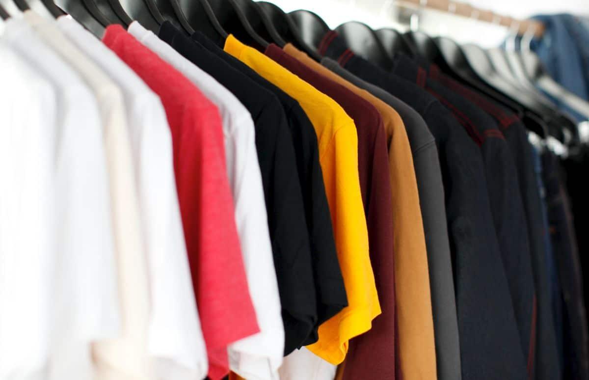 zadbane ubrania wiszące na wieszakach