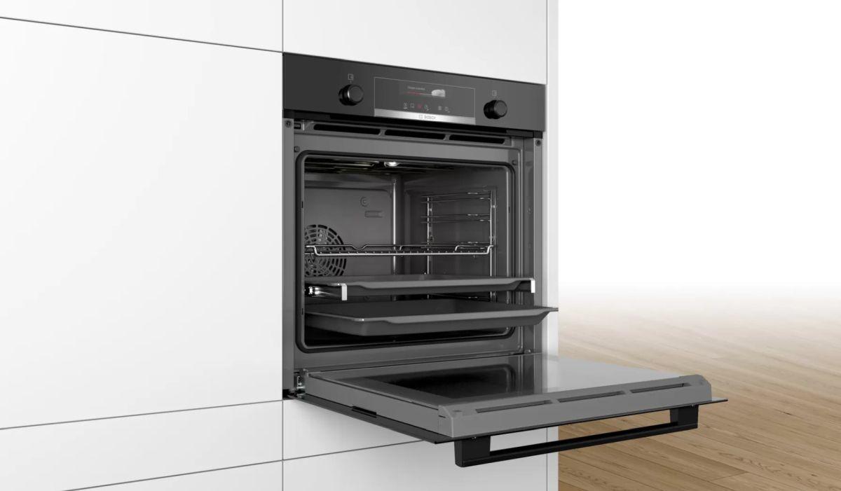 Piekarnik elektryczny Bosch HBG539EB0 w zabudowie i gotowy do pieczenia