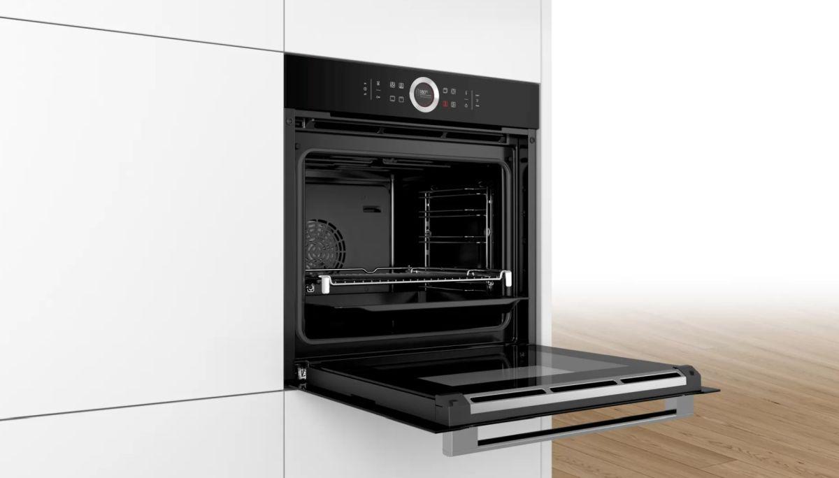 Piekarnik elektryczny Bosch HBG633NB1 w zabudowie i gotowy do pieczenia